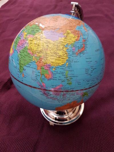 Maapallo vaihtuvalla valolla